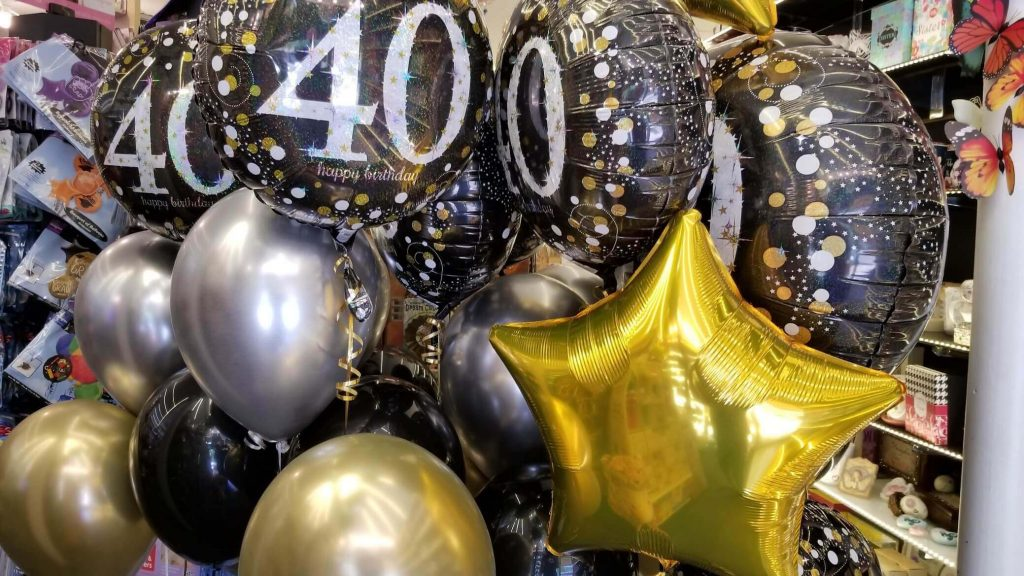 round 40th mylar centerpiece with helium gold silver and black latex balloons
